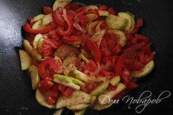 Добавление специй к овощам на сковороде