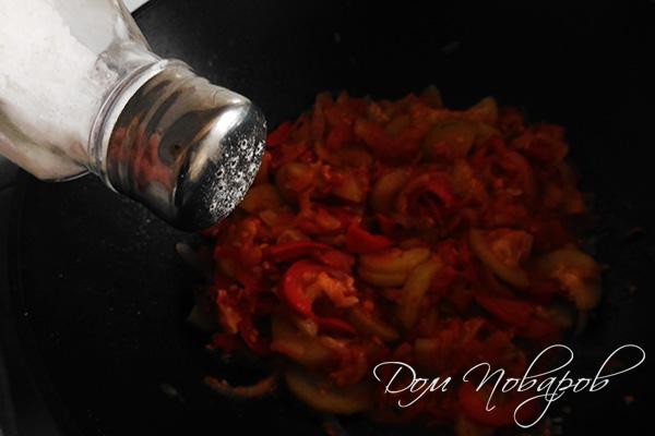 Добавление соли к тушеным овощам