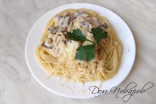 Паста с курицей и грибами в сливочном соусе с сыром