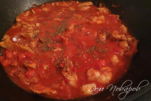 Добавление базилика к курице в томатном соусе