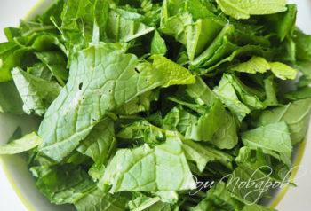 Нарезанные листья шпината