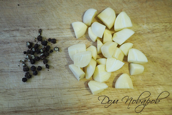 Черный перец и рубленый чеснок