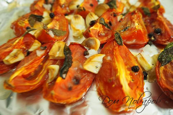 Печенные с чесноком и базиликом помидоры