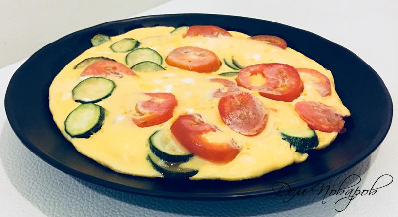 Омлет с кабачками и помидорами на сковороде