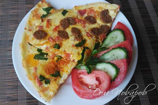 Омлет с помидором и колбасой на тарелке