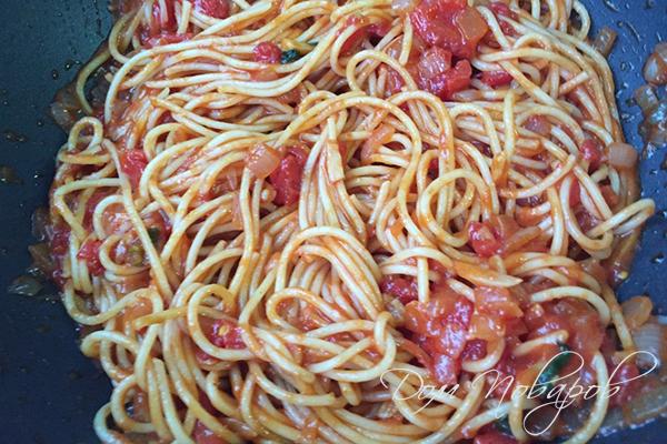 Паста в томатном соусе на сковороде
