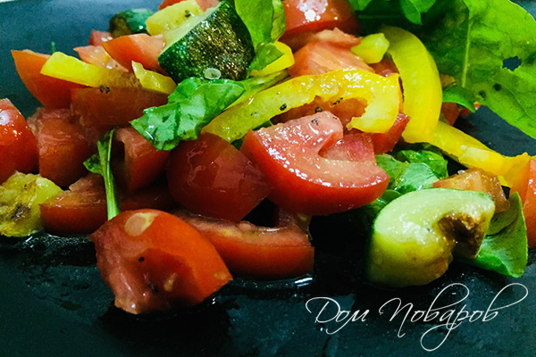Теплый салат с кабачками, перцем и помидорами