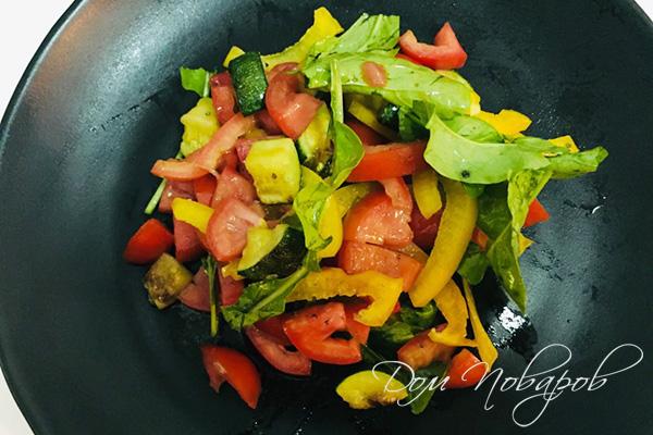 Овощной салат на тарелке