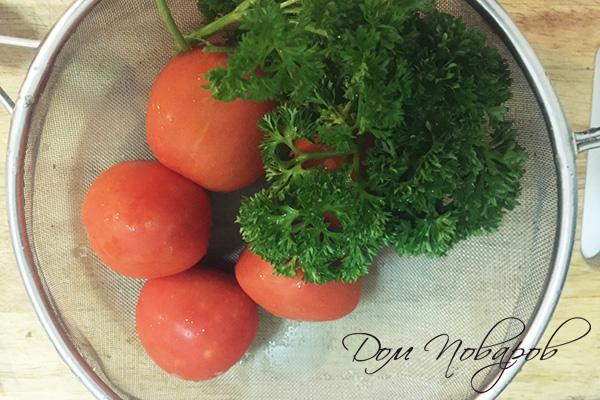 Мытые помидоры и зелень