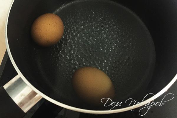 Два яйца в кастрюле