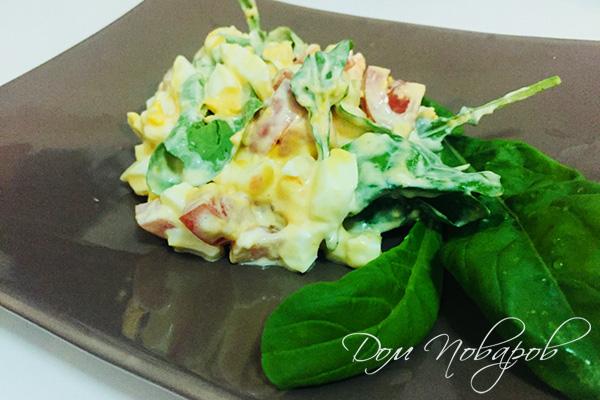 Салат из яйца, помидоров и рукколы