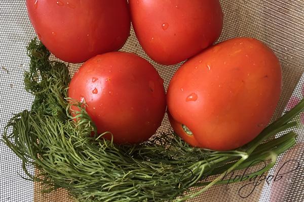 Мытые помидоры и укроп