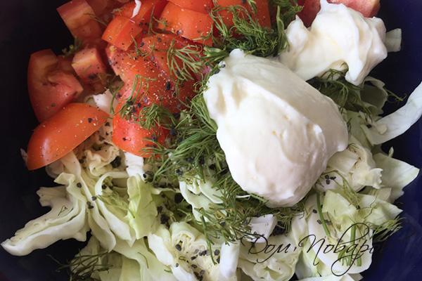 Приготовление салата с капустой и помидорами