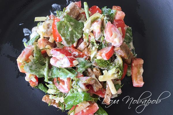 Салат из помидоров и рукколы с сухариками