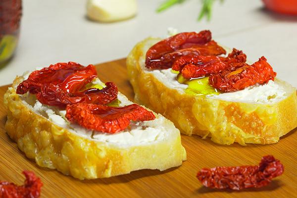 Бутерброды с вялеными томатами