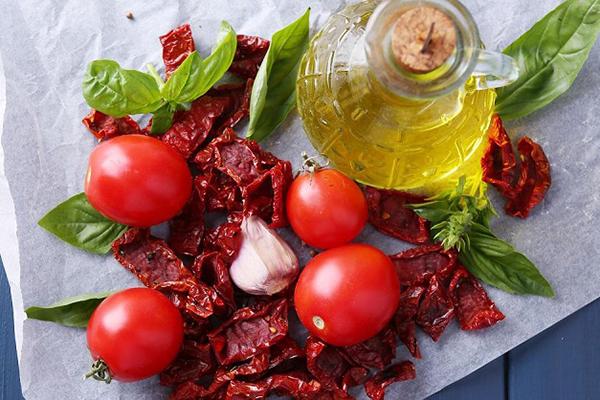 Свежие и вяленые томаты
