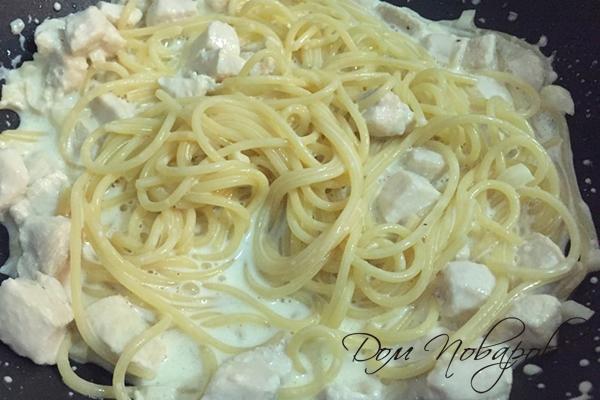 Спагетти с курицей в сливочным соусом