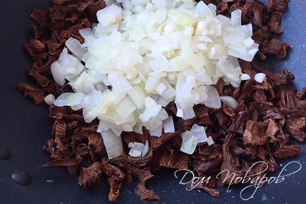 Лисички, лук и чеснок на сковороде