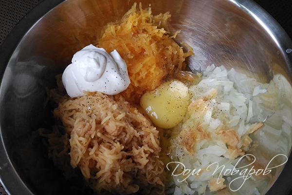 Лук, тыква, картофель, яйцо и сметана с перцем