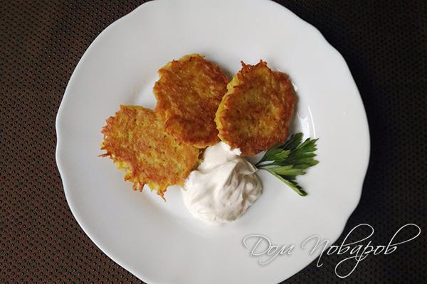 Драники из тыквы и картофеля со сметаной