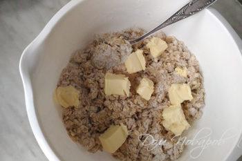 Добавление сливочного масла в тесто