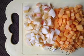 Тыква и яблоки, нарезанные кубиками