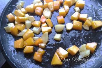 Карамелизованные кубики тыквы и яблока