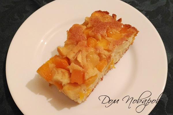 Кусок заливного пирога с тыквой и яблоками
