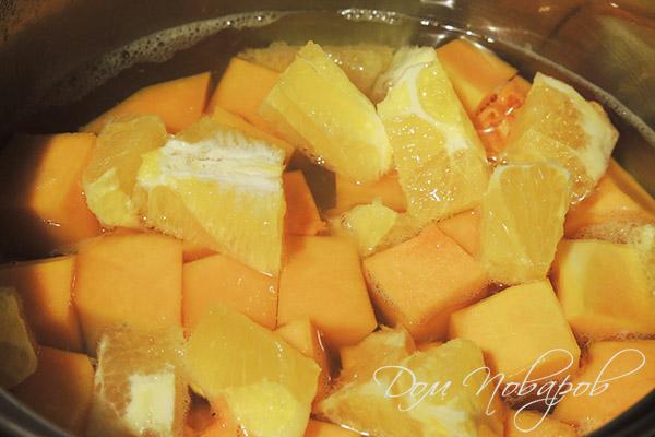 Варка кусочков тыквы и цитрусов для джема