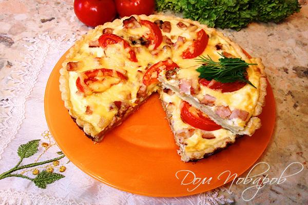 Разрезанный киш с ветчиной, сыром и томатами