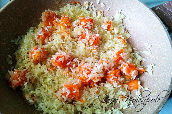 Рис, пропитанный маслом, с тыквой на сковороде