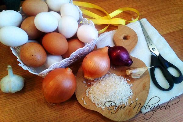 Все необходимое для окрашивания яиц луковой шелухой
