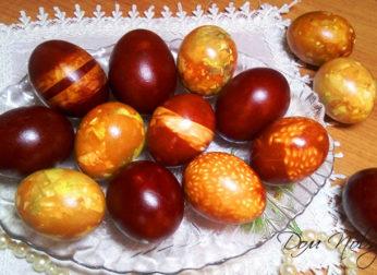 Красить яйца в луковой шелухе
