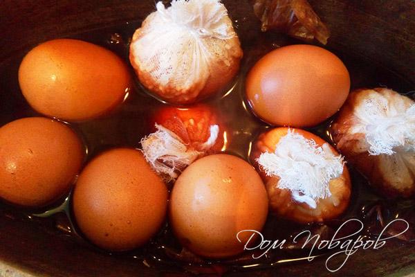 Окрашивание яиц луковой шелухой с рисом
