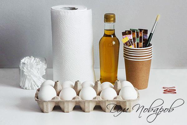 Все необходимое для окрашивания яиц красителем и салфетками