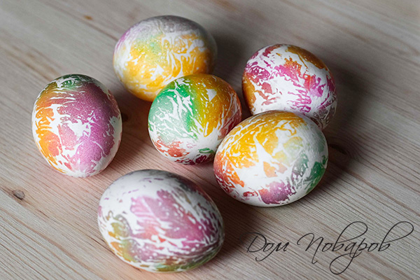 Пасхальные яйца с цветными отпечатками