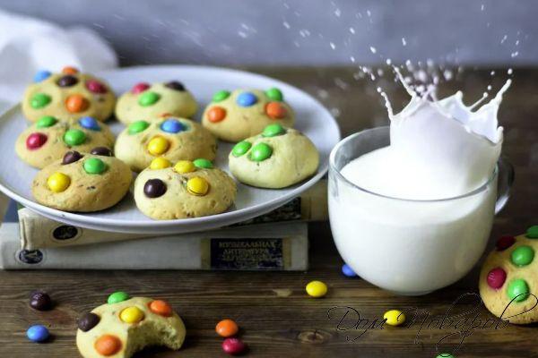 Печенье с эмендемс и молоко