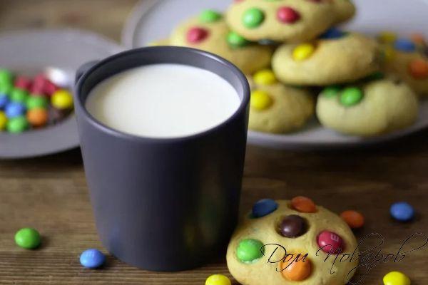 Стакан молока и домашнее печенье