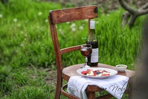 Салат и бутылка с вином