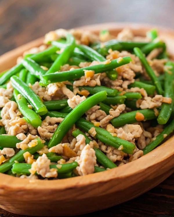 салат с куриным филе и зеленью