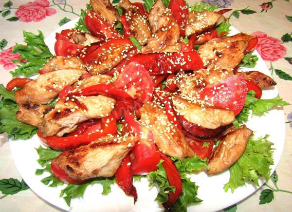 теплый салат с курицей и зеленью