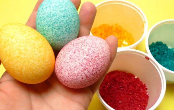 Окрашивание яиц манкой