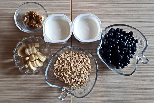 Ингредиенты для приготовления овсянки с йогуртом и ягодами