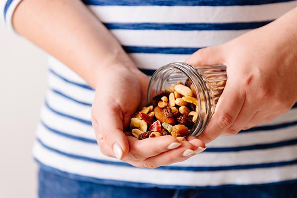 Орехи и цукаты на перекус