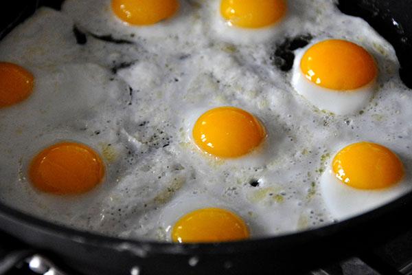 Яйца на сковороде