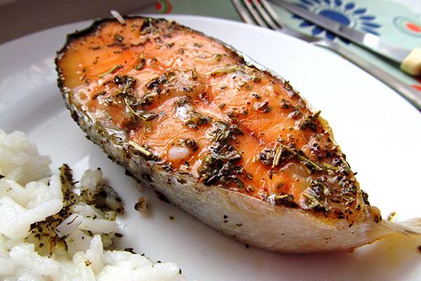Запеченный стейк красной рыбы