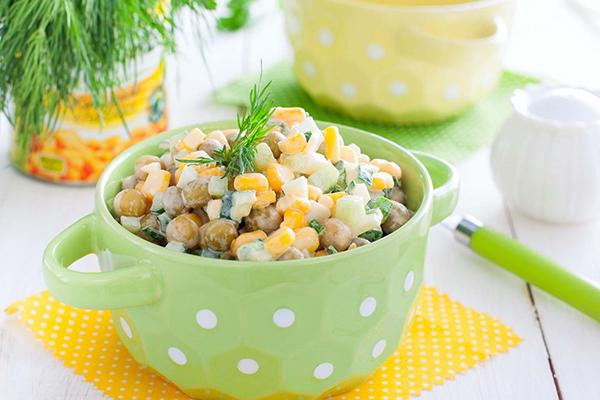 Салат с кукурузой и горошком