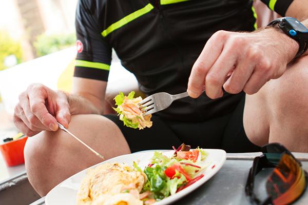 Спортсмен ест салат