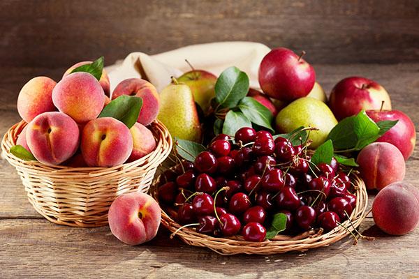 Персики, яблоки, вишня