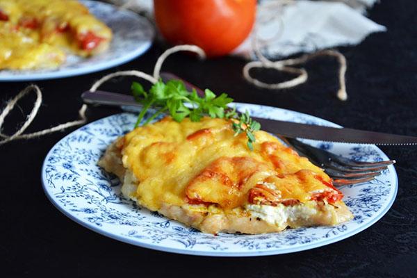 Куриная отбивная под сыром и помидорами